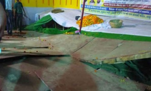 बिहार: मंच टूटने से गिरे लालू यादव, चोट लगने से आ गई सूजन