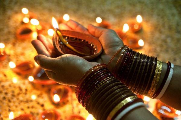 कल की रात है खास, महालक्ष्मी को दीपावली पर अपने घर आने के लिए करें आमंत्रित